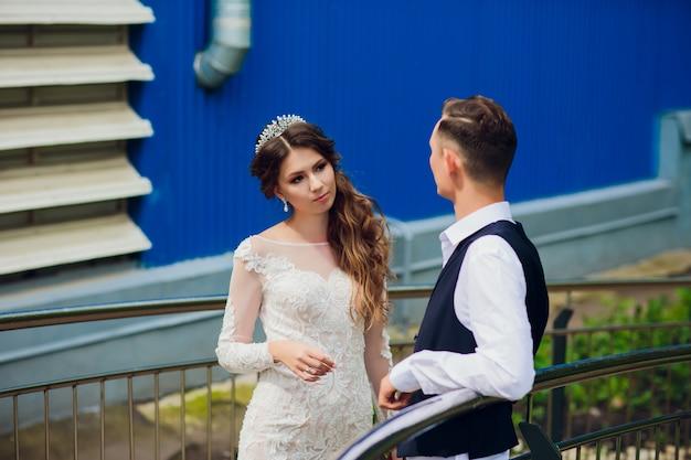 Państwa młodzi odprowadzenie w mieście, dzień ślubu, małżeństwa pojęcie. państwo młodzi w miastowym tle. młoda para idzie na schodach w dzień ślubu.