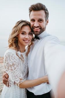 Państwo młodzi na weselu na plaży