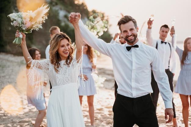 Państwo młodzi weselą z gośćmi na plaży