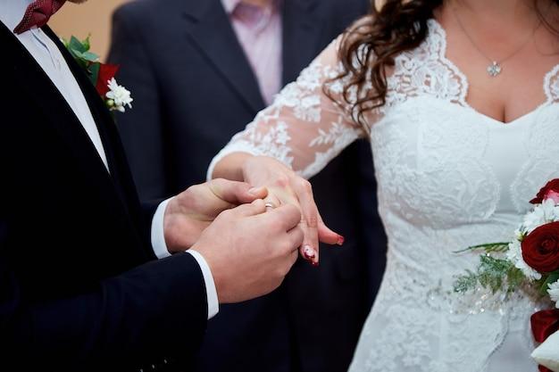 Państwo młodzi wymieniają się obrączkami na weselu
