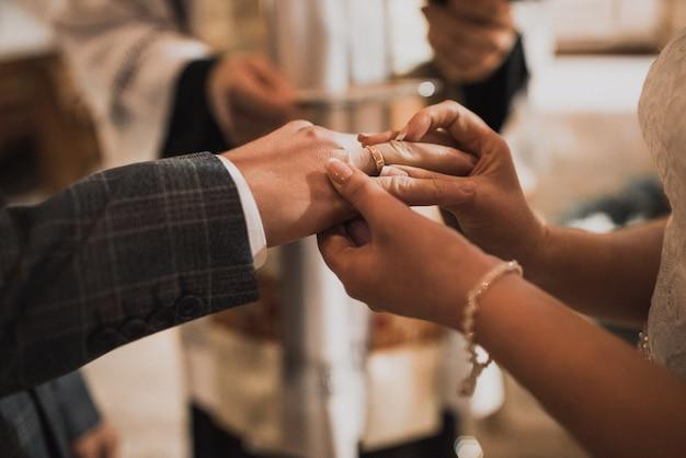 Państwo młodzi wymieniają się pierścionkami
