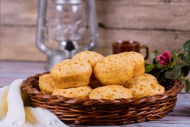 Pao de queijo, mineiro, serowy chleb w koszyku.