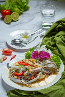 Papaja sałatka papaja niebieski krab świeże tajskie jedzenie.