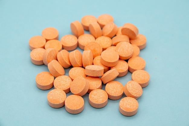 Papaja tabletki na trawienie na niebieskim tle