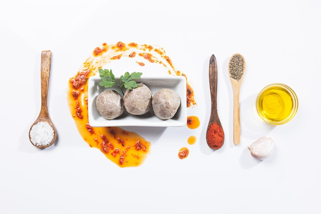 Papas arrugadas con mojo. typowe danie kanaryjskie, ziemniaki z mojo picon. typowa hiszpańska i kanaryjska koncepcja tapas.