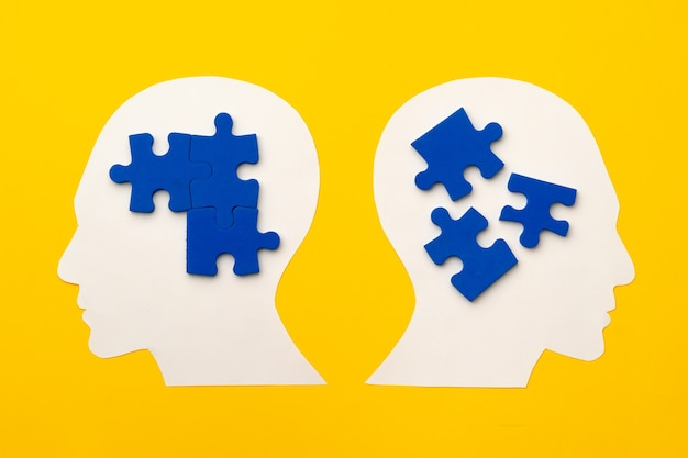 Papercut głowa sylwetka z puzzlami na żółtym tle