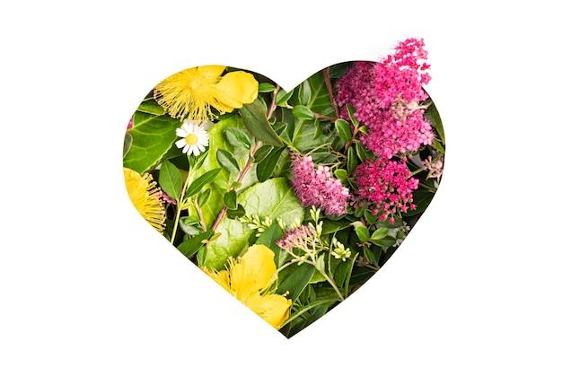 Papercut serce z zielonymi liśćmi i kwiatami