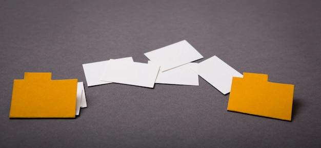 Papercut teczkę z jakimś dokumencie