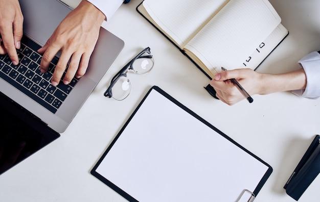 Papeteria biznes finanse laptop klawiatura praca biuro okulary dokumenty