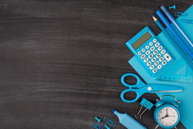 Papeteria dla koncepcji chłopca. górne nad widokiem z góry zdjęcie niebieskiej papeterii izolowanej na tablicy z copyspace