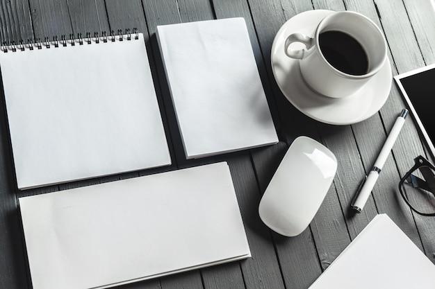 Papeteria firmowa, notatnik, karty, notatki, z filiżanką kawy i myszą