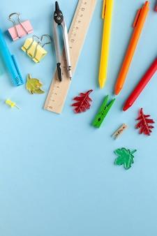 Papeteria szkolna na niebieskim tle. koncepcja sklepu papierniczego, przygotowanie do szkoły, dzień wiedzy.