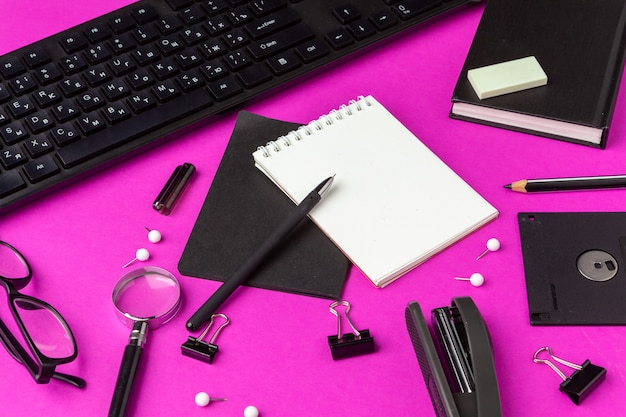 Papeteria szkolna na różowo. powrót do szkolnych materiałów kreatywnych