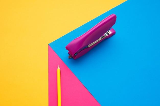 Papeteria w jasnych popowych kolorach z efektem wizualnej iluzji, sztuka współczesna. kolekcja, zestaw do edukacji. miejsce na reklamę. kultura młodzieżowa, stylowe rzeczy wokół nas. modne kreatywne miejsce pracy.