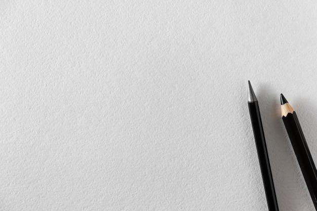 Papier akwarelowy a4 z czarnymi ołówkami. widok z góry.
