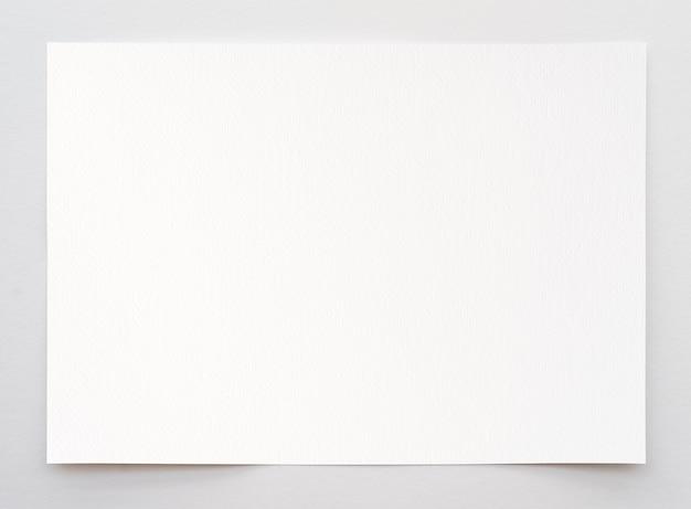 Papier akwarelowy tekstura tło ze ścieżką przycinającą. arkusz białego papieru z podartymi krawędziami na białym tle. wysokiej jakości papier artystyczny w wysokiej rozdzielczości.