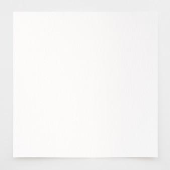 Papier akwarelowy tekstura tło ze ścieżką przycinającą. arkusz białego papieru z podartymi krawędziami na szarym tle. wysokiej jakości papier artystyczny w wysokiej rozdzielczości.