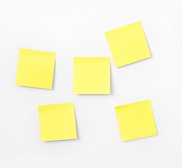 Papier do notatek na białej ścianie