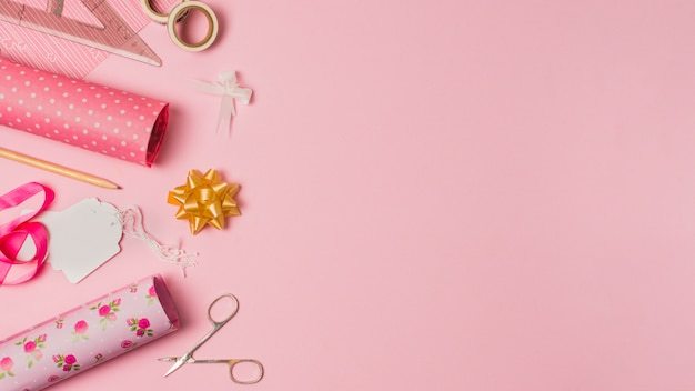 Papier do pakowania; nożycowy; znaczniki i materiały piśmienne na różowej tapecie z miejscem na tekst