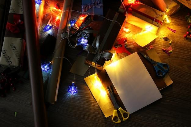 Papier do pakowania prezentów na świąteczną świąteczną wstążkę i kokardki