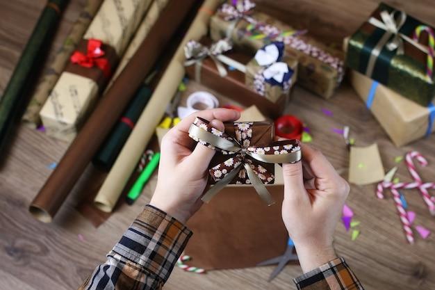 Papier do pakowania prezentów na świąteczną wstążkę i kokardki