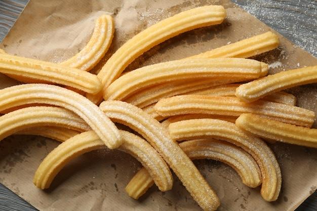 Papier do pieczenia z churros na drewnianym