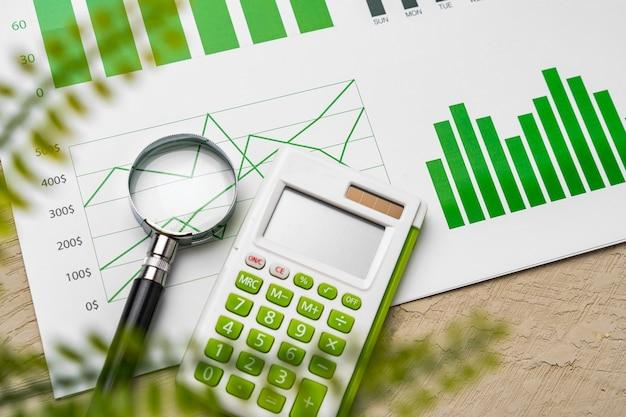 Papier finansowy z wykresami i diagramami na szarej tabeli
