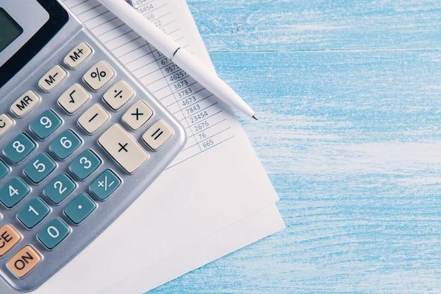 Papier i kalkulator na stole. koncepcja pulpitu