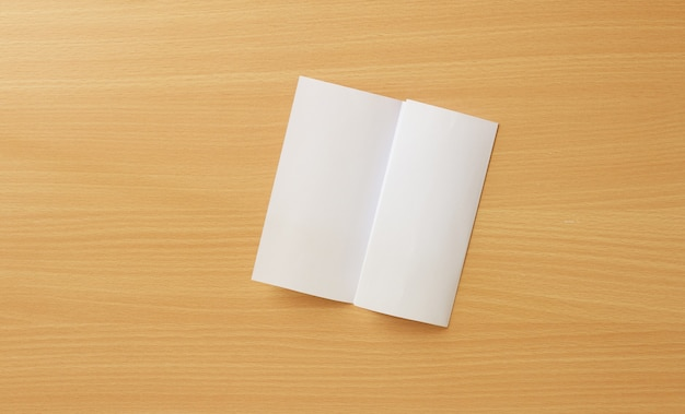Papier na tle drewna