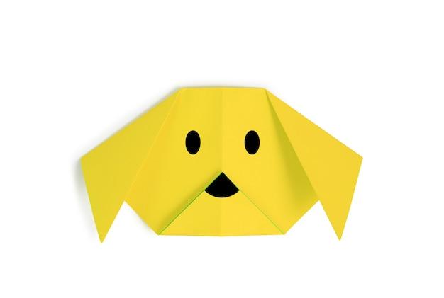 Papier origami twarz psa na białym tle. obraz ze ścieżką przycinającą