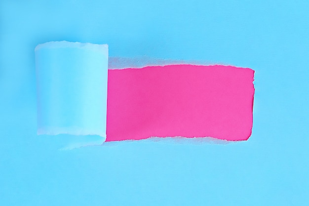 Papier rozdarty w kolorze z miejscem na wiadomość. dziura zgrana w papierze na tle. skopiuj miejsce