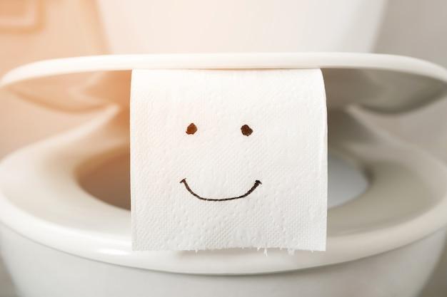Papier toaletowy na muszli klozetowej w domu.