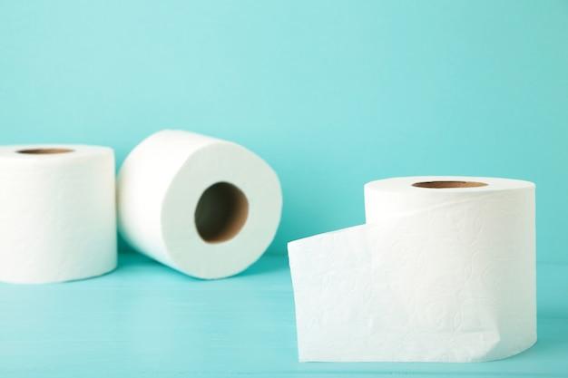 Papier toaletowy na niebieskim tle