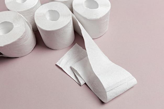 Papier toaletowy na różowej powierzchni