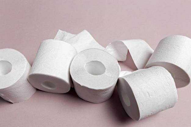 Papier toaletowy na różowym tle