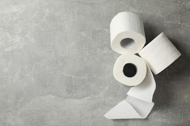 Papier toaletowy na szarym stole
