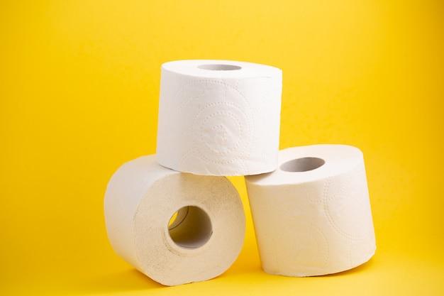 Papier toaletowy na żółtej powierzchni