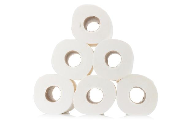 Papier toaletowy piramidy. rolka. na białym tle