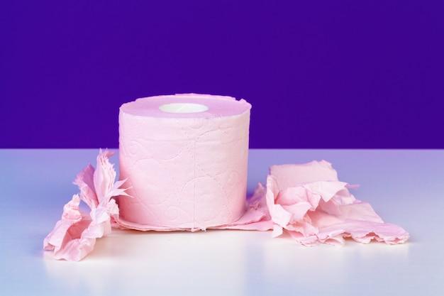 Papier toaletowy rolki odizolowywać na bielu stole