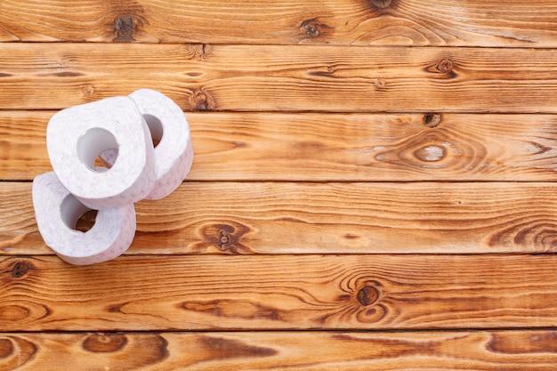 Papier toaletowy stacza się odgórnego widoku tło