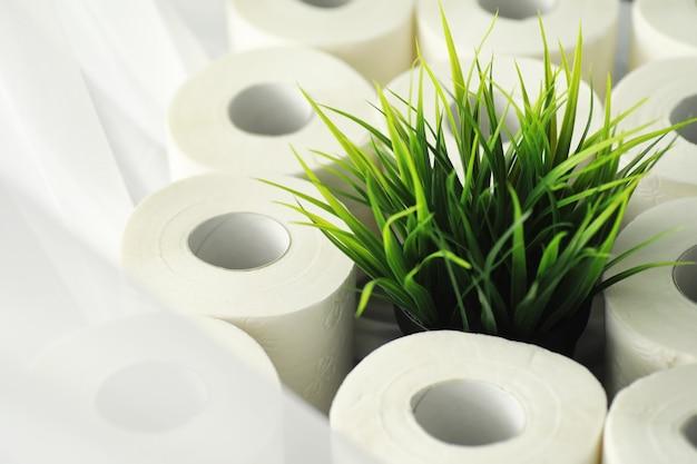 Papier toaletowy w rolce. śnieżnobiały miękki trójwarstwowy papier toaletowy. brak produktów higienicznych. podstawowa ochrona i dezynfekcja.