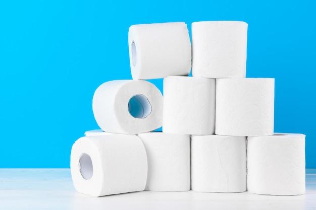 Papier toaletowy. zamyka w górę strzału na błękitnym tle