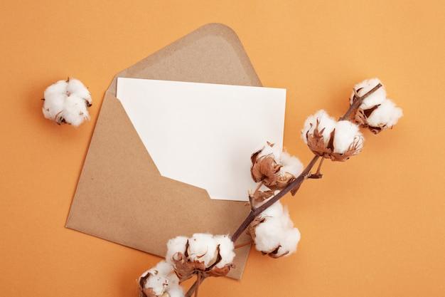 Papier w jesiennych pastelowych kolorach z dekoracją i przestrzenią kopii