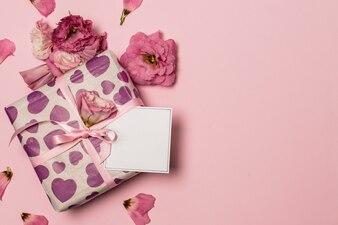 Papier w pobliżu i kwiaty i płatki