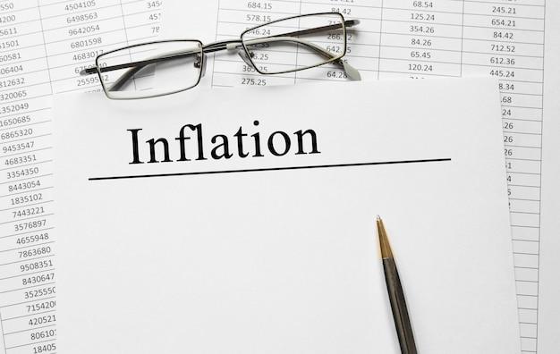 Papier z inflacją na stole, koncepcja biznesowa