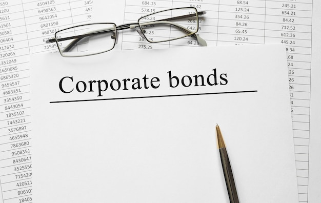 Papier z obligacjami korporacyjnymi na stole