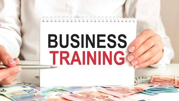Papier z tekstem szkolenie biznesowe. koncepcja biznesowa dla firm i instytucji edukacyjnych.
