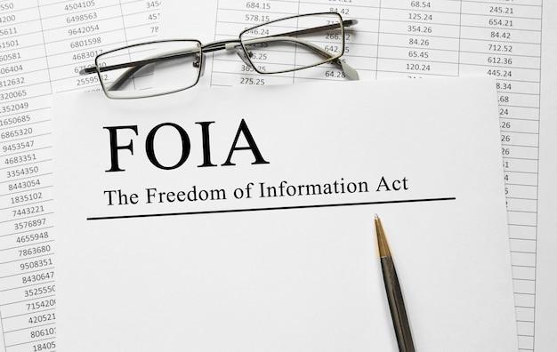 Papier z ustawą o wolności informacji foia na stole