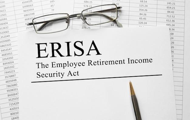 Papier z ustawą o zabezpieczeniu dochodu na emeryturze pracowników erisa na stole