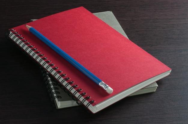 Papier zeszytów i niebieski ołówek